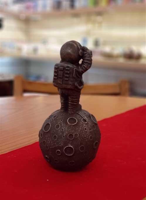 مجسمه ماهنورد قهوه ای