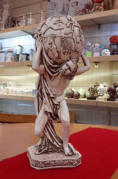 مجسمه مرد طالع بین سفید