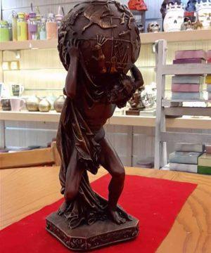 مجسمه مرد طالع بین ۲ سنگی
