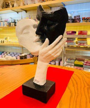 مجسمه بوسه ۲ سیاه سفید