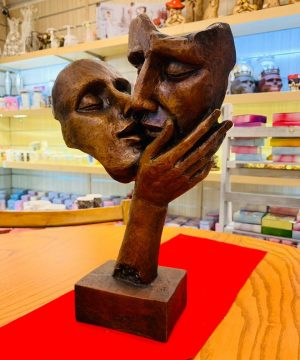 مجسمه بوسه ۲ قهوه ای