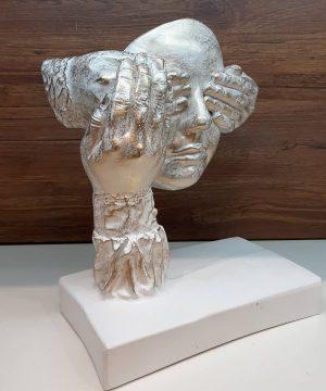 مجسمه 523 چشم بسته سفید